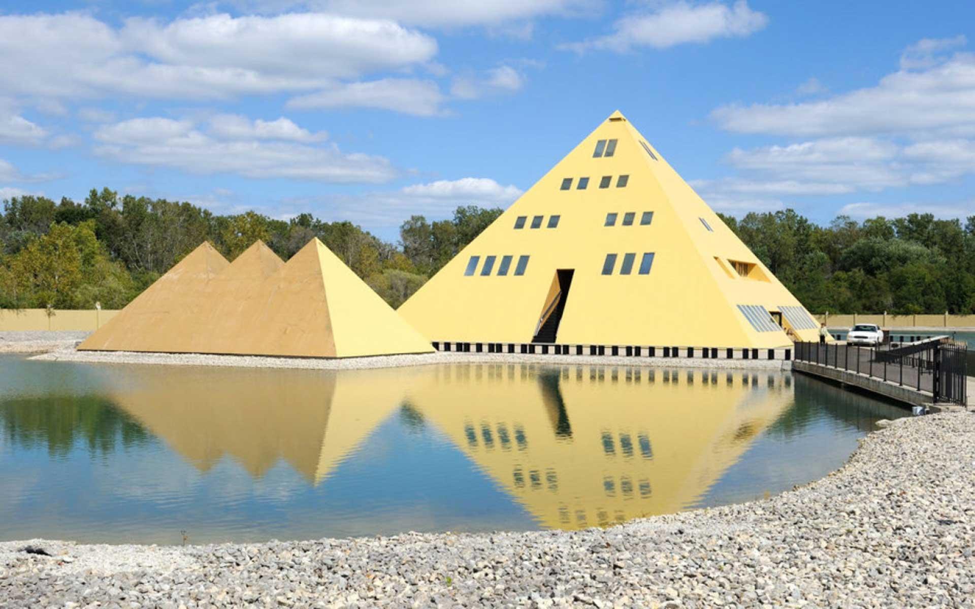 La asombrosa casa pirámide que genera energía y agua de manantial