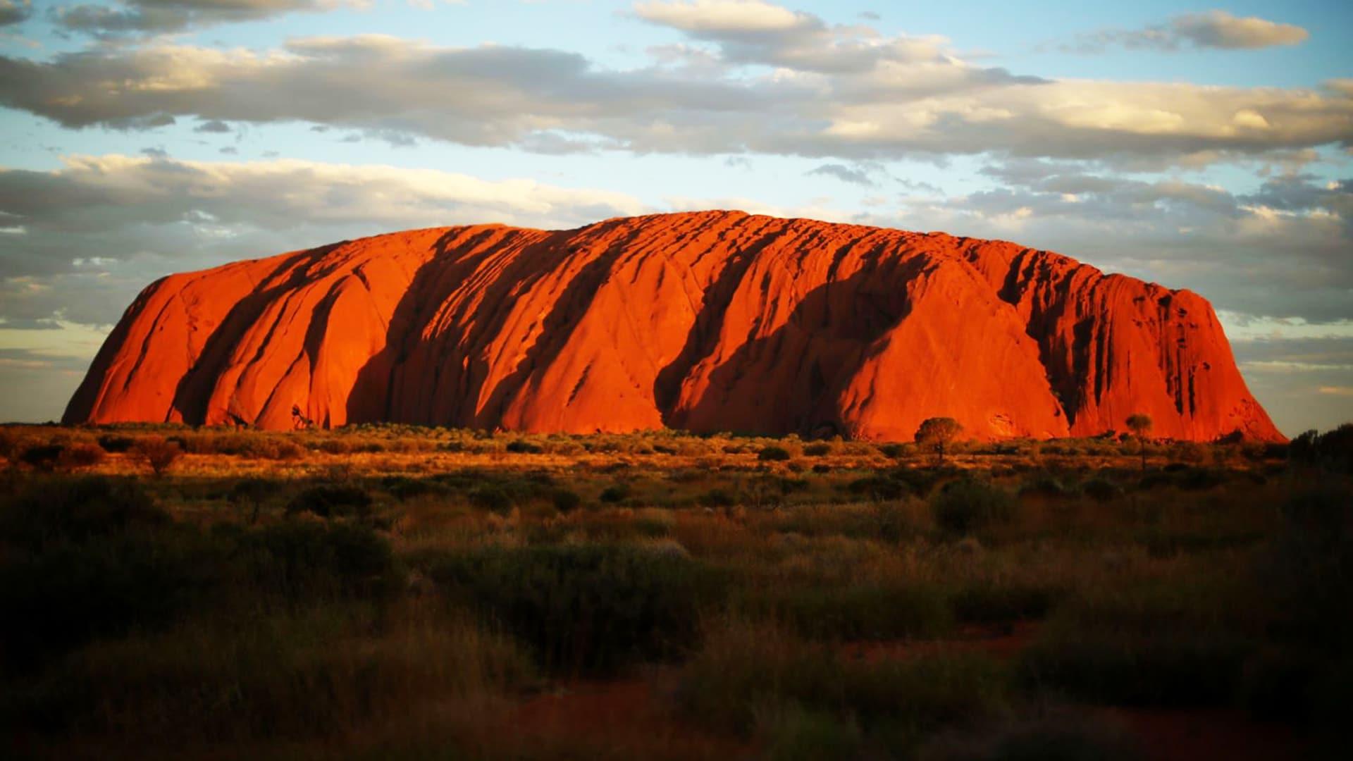 Un hombre asegura ser víctima de la maldición de Uluru