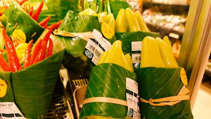 Supermercado utiliza hojas de platanero en lugar de plásticos, este es el resultado