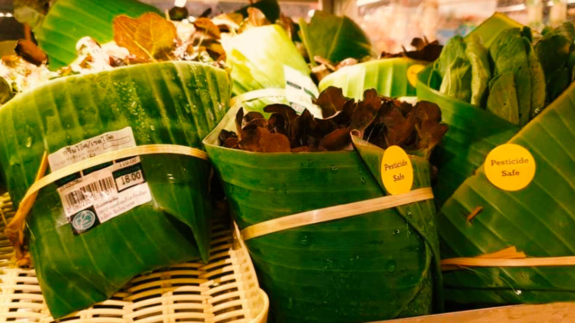 Supermercado utiliza hojas de plátano en lugar de plásticos, este es el resultado