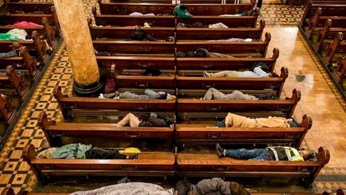 Esta iglesia en San Francisco abre las puertas a personas sin hogar para dormir por la noche