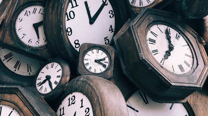 Viajeros del tiempo en el trabajo: misiones extrañas en el pasado