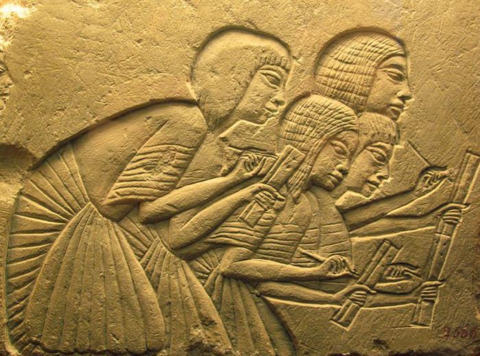 Escribas. Un ejemplo del arte de Amarna: el papel del hombre común está creciendo.