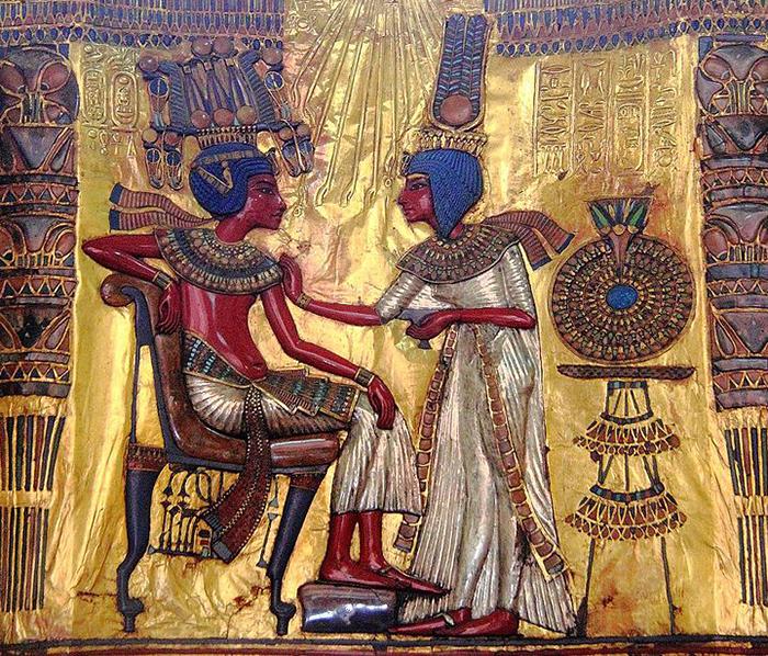 Tutankamón con su esposa.