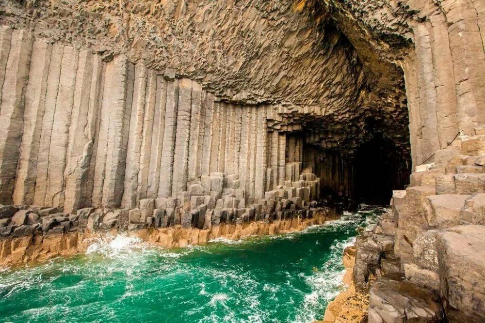 Staffa – «Isla de las columnas», que según las leyendas de los vikingos fue construida por gigantes