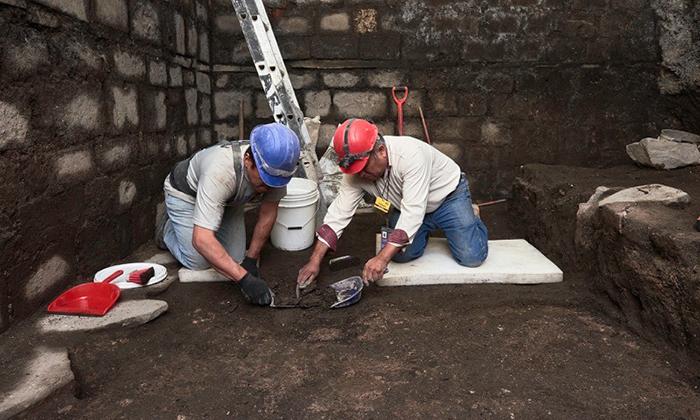 Al renovar un edificio histórico, los trabajadores encontraron inusuales losas de basalto.