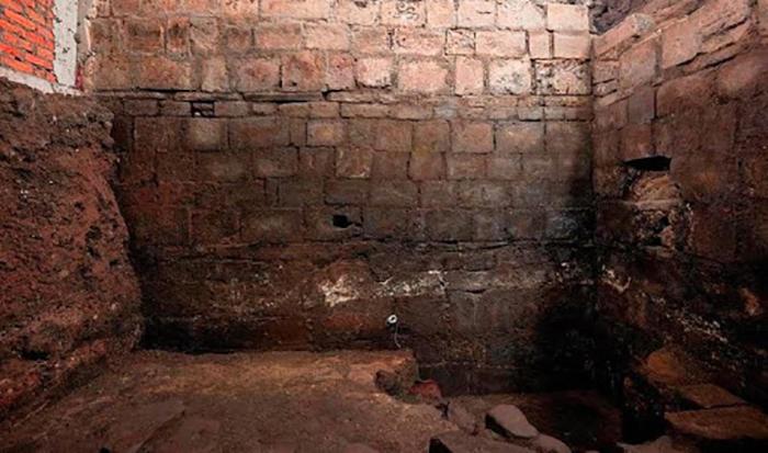 Hernán Cortés construyó su casa sobre las ruinas del Palacio Aksayakatl utilizando materiales de la demolida residencia real.