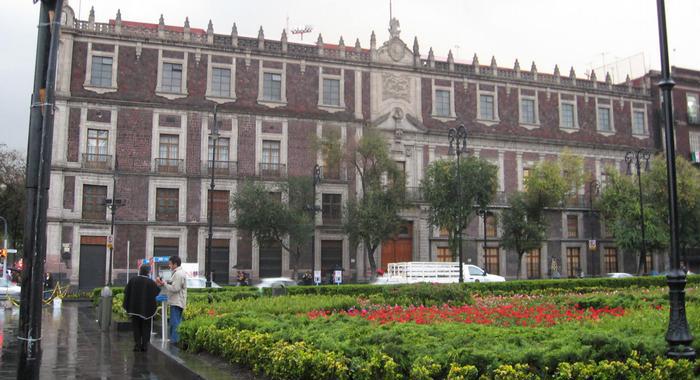 Edificio histórico en la plaza central de la Ciudad de México.