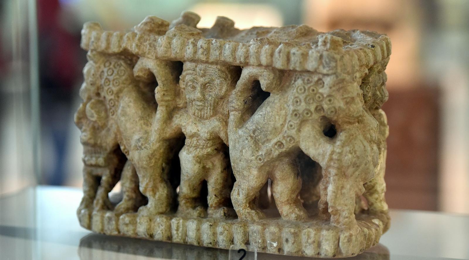Gilgamesh pelea con leones. Estatuilla sumeria.