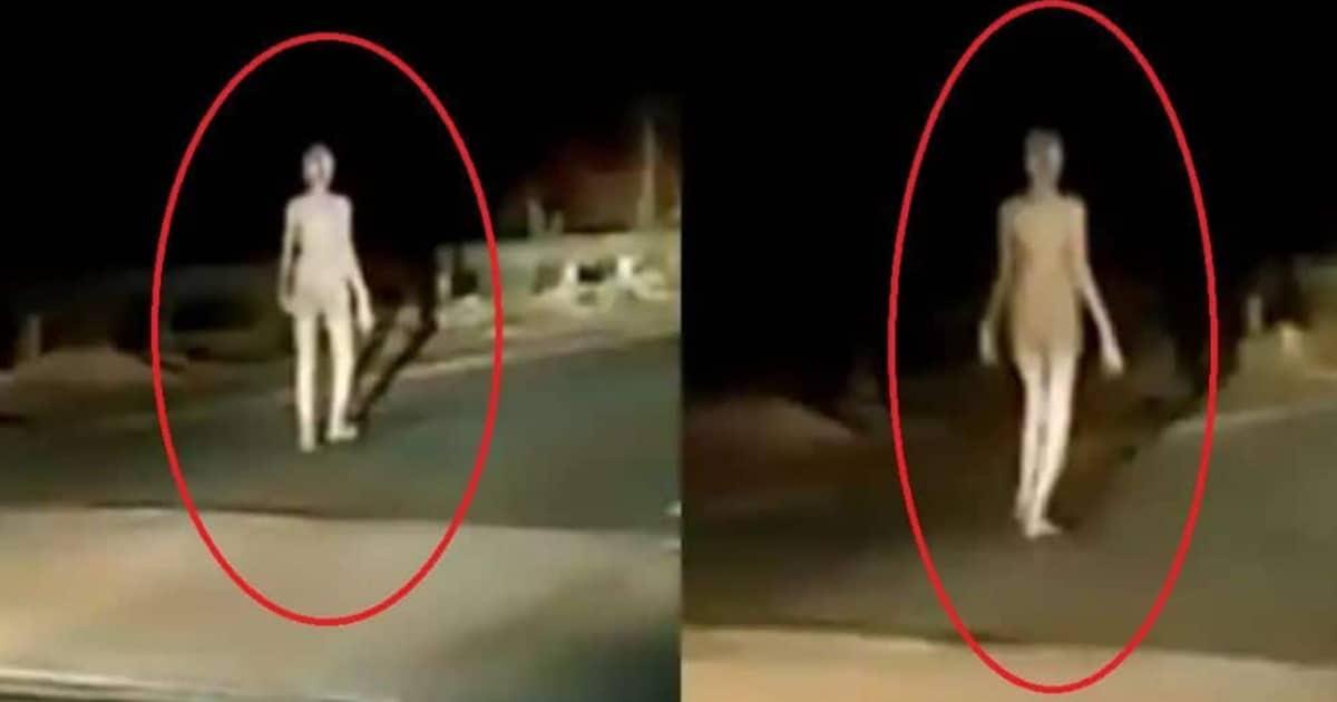 Extranjero extraño como ser visto caminando en medio de una carretera