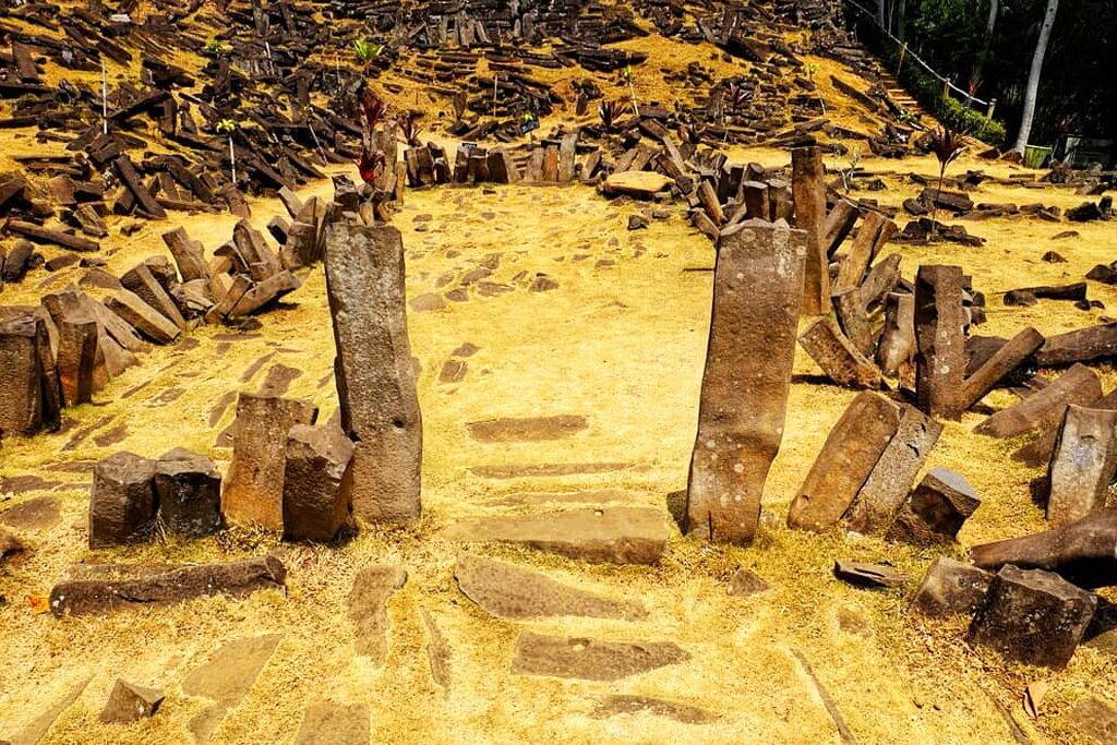 El territorio de Gunung Padang está cubierto de enormes rocas rectangulares de origen volcánico.